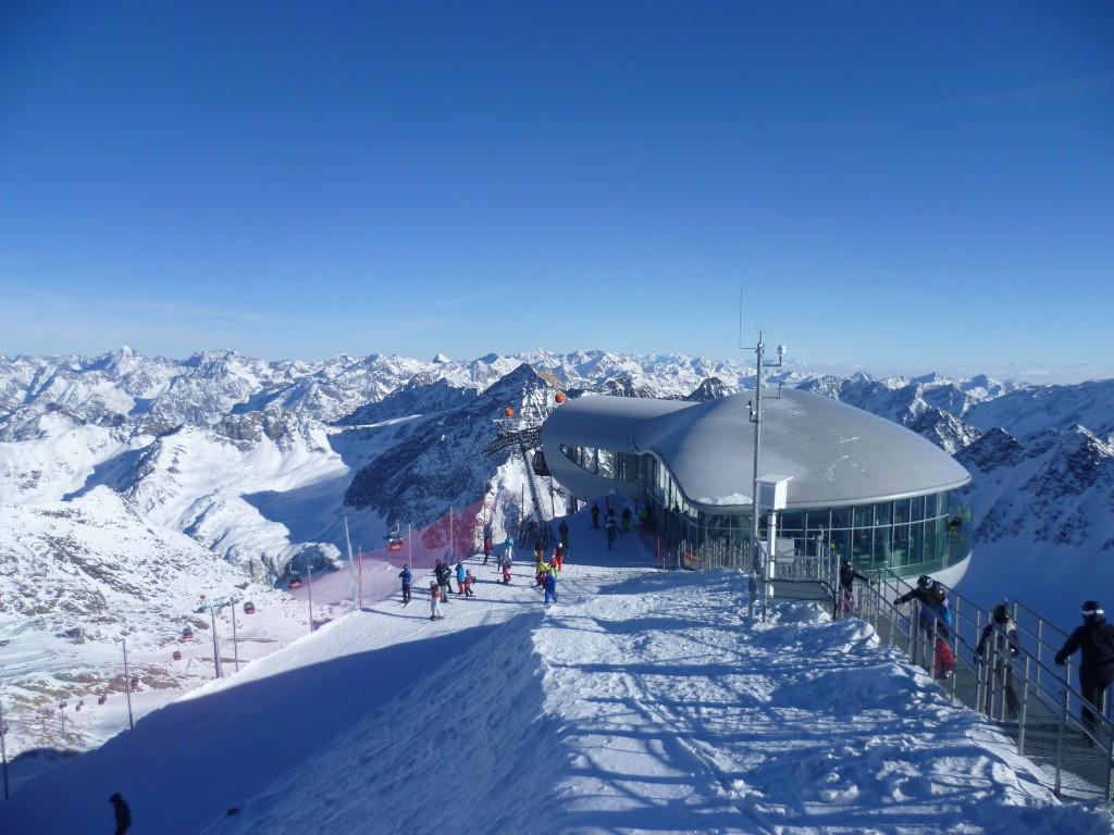 Blick auf die Bergstation der Wildspitzbahn auf 3.440m Höhe