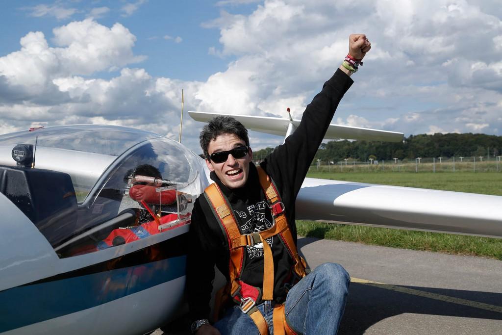 Floh mit seinem Flieger nach dem Erstflug