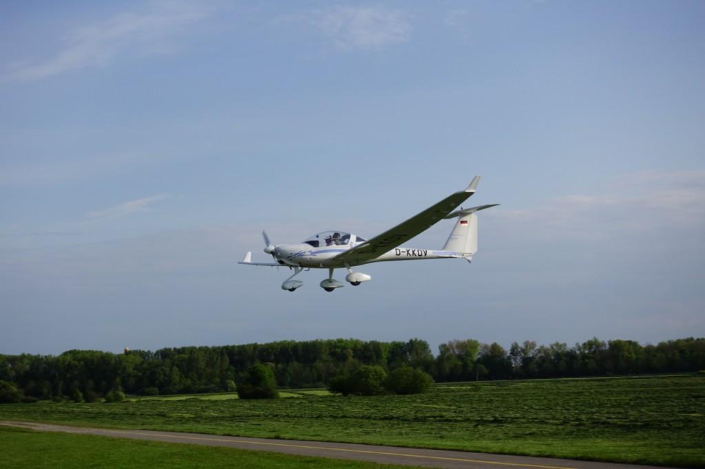 Super Dimona HK36 im Landeanflug - Augsburg