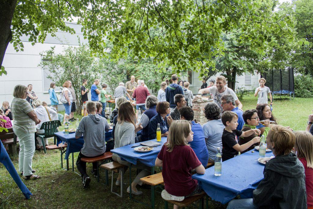 Eltern, Jugendliche und die Helfer beim abschließenden Grillfest