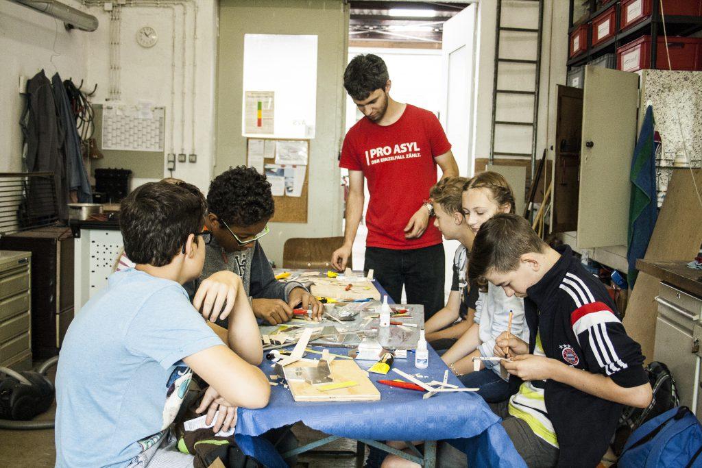 Flo mit den Jugendlichen beim Wurfgleiter-Bauen