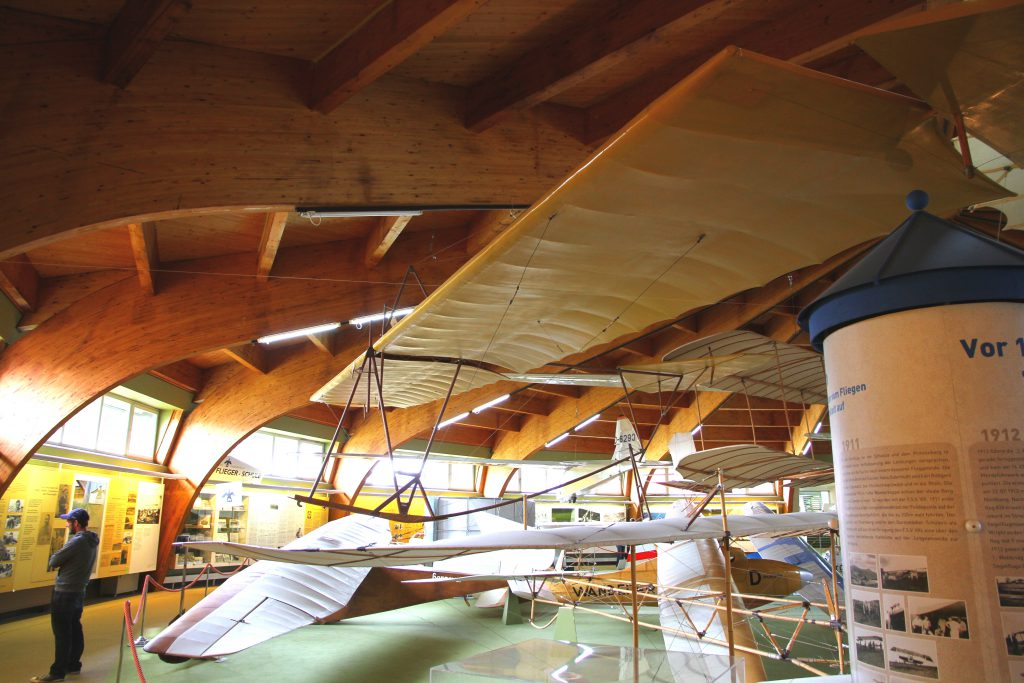 """Abenteuerlich einfach aufgebautes Segelflugzeug """"Besenstiel"""""""